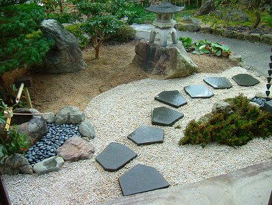 モダンと落着き 和洋の調和が取れたお庭