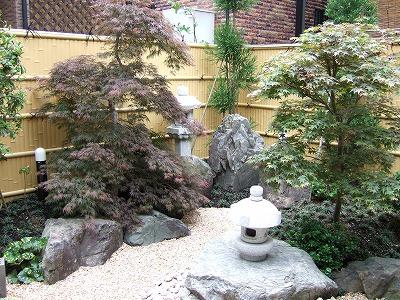 岬灯篭のある庭園