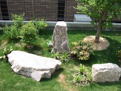 洋庭にも景石があいます