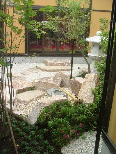 疋田石をふんだんに使った庭園