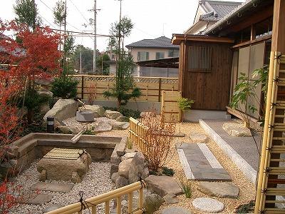 主庭に生まれ変わったスペースで水の流れを表現 野州市