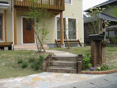 枕木の階段と自然石の乱張りアプローチ