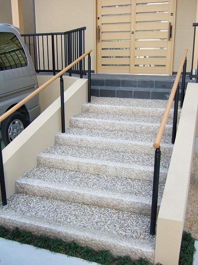 蹴上にサビ延石を使用した階段アプローチ
