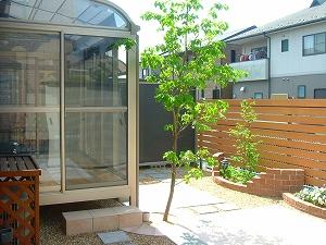 木製デッキをガーデンルームに管理の楽なお庭へ