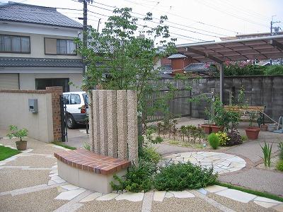 ガーデンシンクと石造りのベンチがあるくつろぎのお庭 守山市