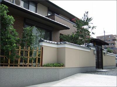 塀瓦と数奇屋門 植栽で温かみを 大津市