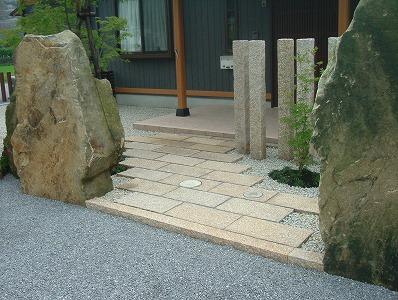 和の優雅さ 板石のアプローチ