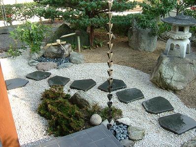 鉄平石の飛石がある庭