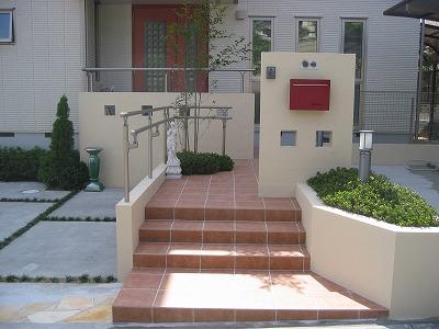 赤がポイントのシンプルデザイン 大津市