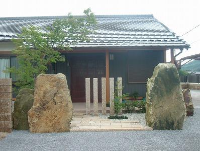 モダン和風 大きな自然石の門柱 米原市