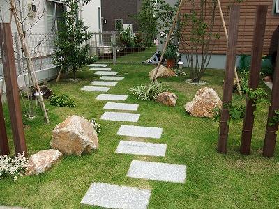 庭までの園路を楽しくしてくれる