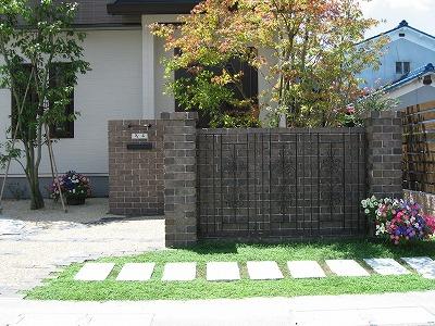 ロートアイアンフェンスをレンガの壁面に装飾 草津市