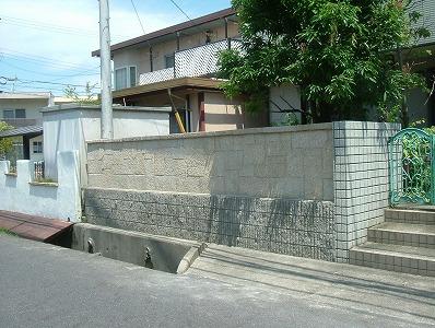 植木を天然石の石張りの塀に