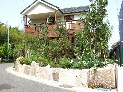 自然石が創る風格と自然に囲まれた庭 大津市