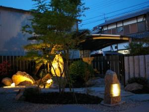 庵治石の照明が上品にお庭を照らします