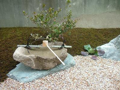 自然石を手水鉢がわりに