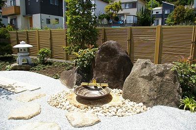 景石を背景に信楽焼の水鉢を