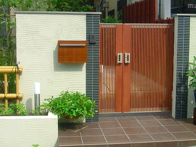 たて格子の門扉が情緒を生む小粋なデザイン 大津市