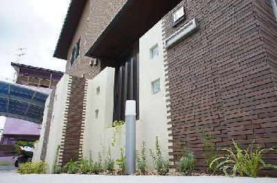 坪庭とウッドデッキのある二世帯住宅のエクステリア 大津市