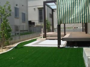 デッキとタイルと人工芝、明るさあふれるお庭です  甲賀市