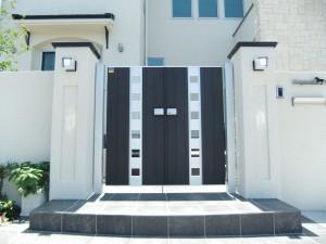 シックなカラーの門扉が白に映えます 大津市