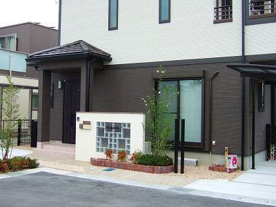 大小のガラスブロックと特徴的なアイアンサイン 草津市
