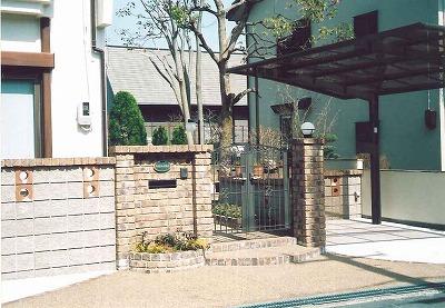 クラシックなイメージのレンガ門柱 京都市