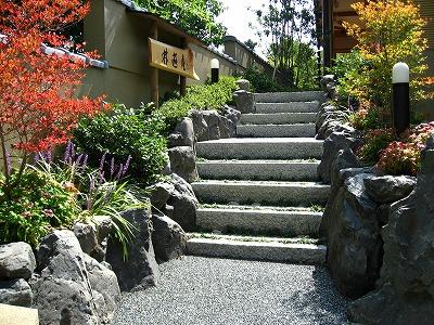 ブロックでは表現できない自然石の階段石積み