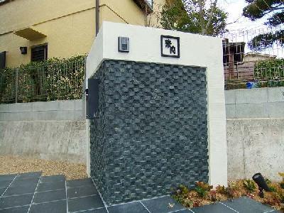 白・黒がメインなモダン外構 門柱に凹凸の表情を 草津市