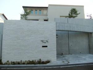 白を基調にアイアンの唐草が映えます 奈良市