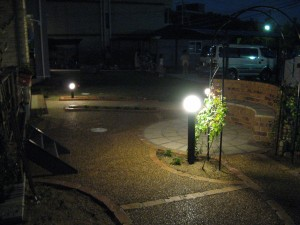 サークルベンチで夜を楽しむオープンなお庭