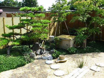 石筒のある庭園