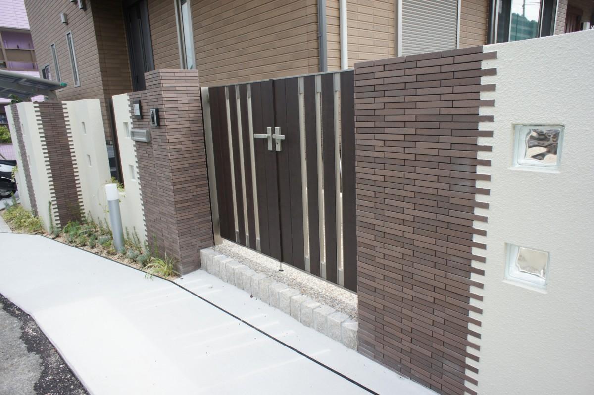 立込みやタイル、ガラスブロックを使い、空間を広く見せた門柱 大津市