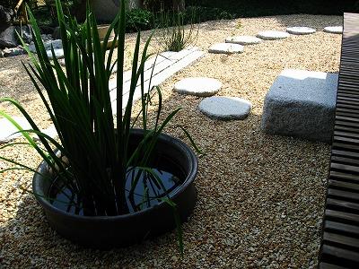 水鉢に植栽を入れてワンポイントに