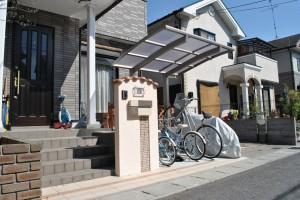 サイクルラックの有る南欧風の門柱周り 大津市