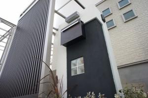 縦格子で目線を〝にがす〟立体的な玄関廻りに 大津市