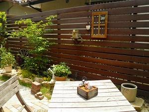 天然ウリン材が映えるナチュラルテイストのお庭 草津市