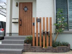 ドアとマッチした立込門柱 大津市