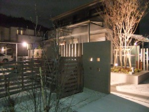 クラシックなライトに映える石張りの庭