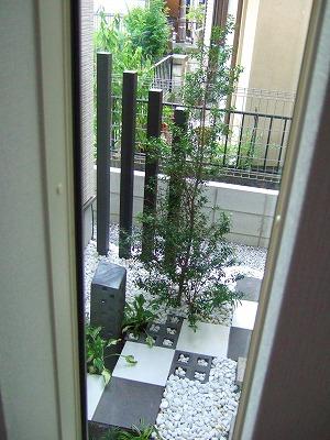 モノトーンの市松模様がすっきりモダンな坪庭