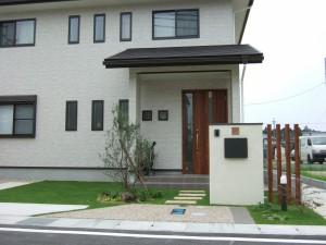 芝生の緑に映える白い家 守山市