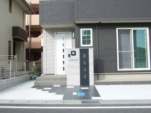モノトーンのシンプルな門柱