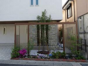 門柱と一体になったゲートが個性的です 草津市