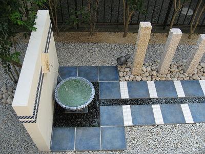 個性あふれる壁泉とブルーのタイルが鮮やかです 大津市