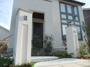 多彩な植物が白い門柱に映ります 大津市