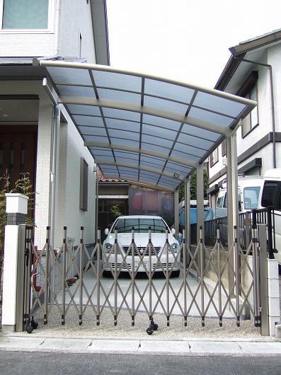 縦2連棟のカーポートと伸縮ゲート