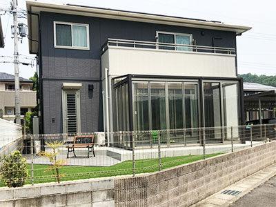 芝生のお庭に映えるタイルテラスとガーデンルーム 大津市
