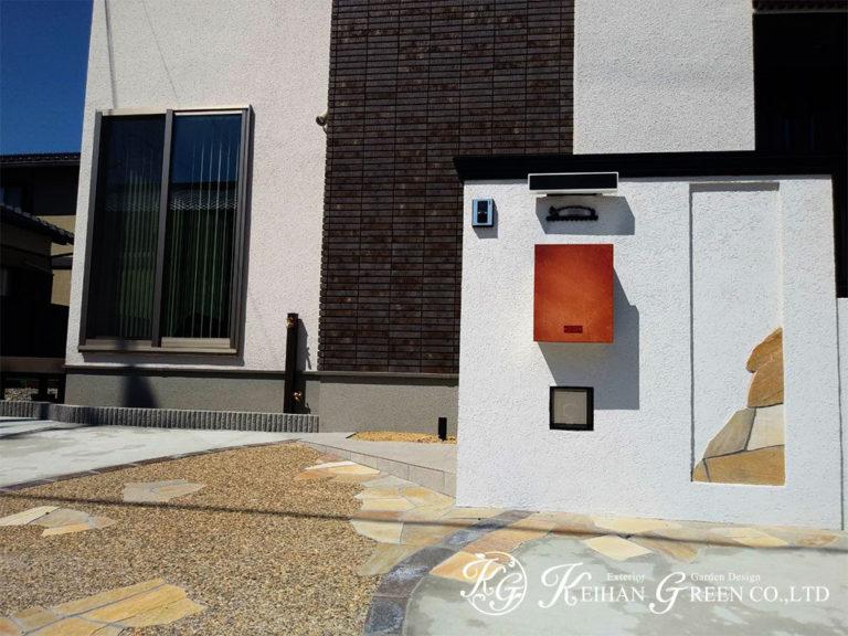 真っ白な門柱にナチュラルな配色が上品なエントランス 東近江市