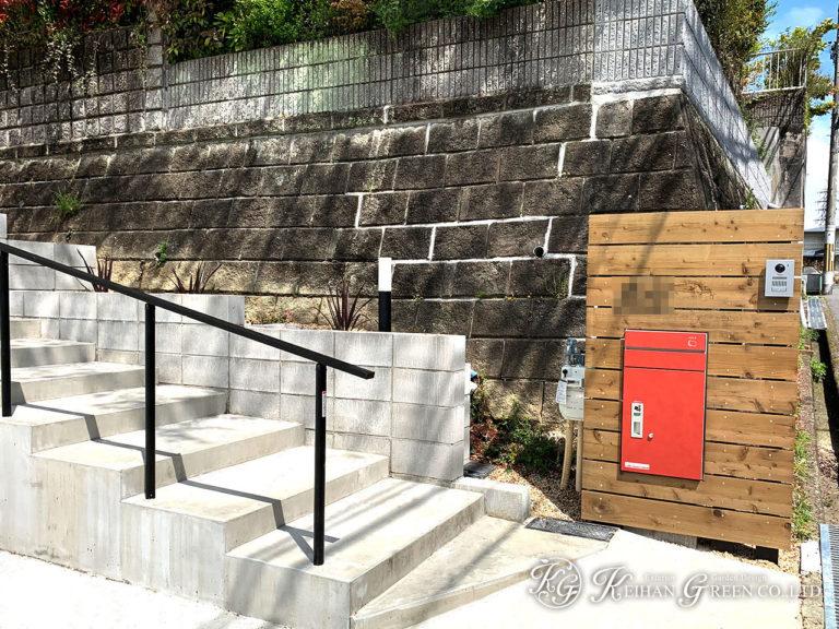 木目の門柱に真っ赤なポストがアクセント 大津市