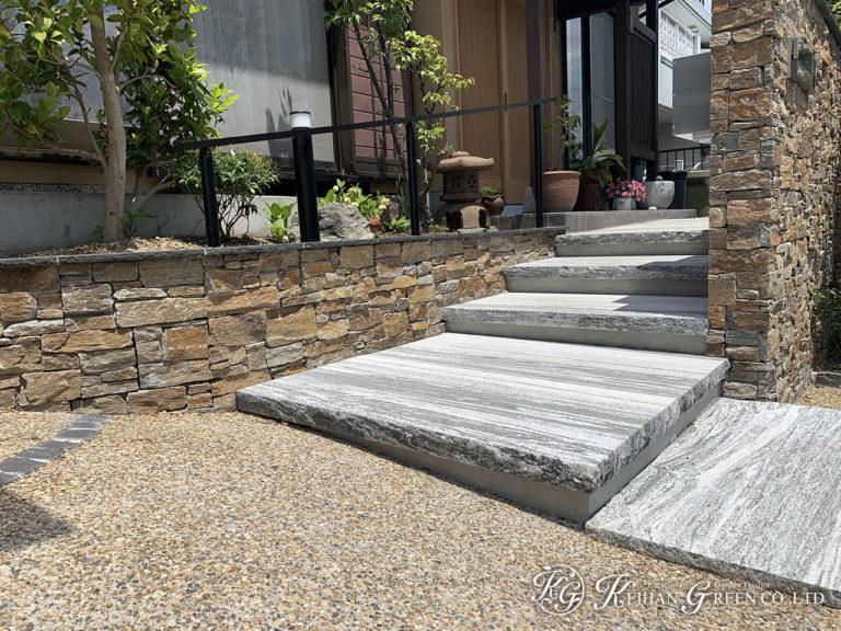 天然石の格調ある門柱とアプローチ 草津市